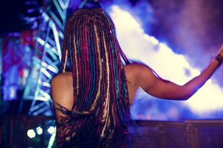 ライブ音楽のコンサート祭を楽しむ人々
