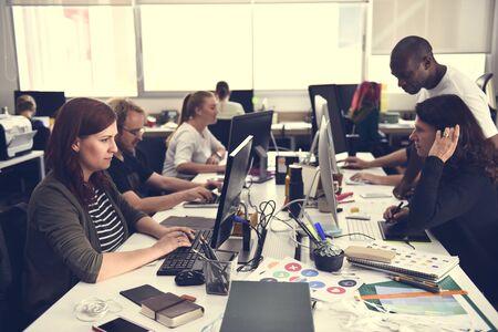 랩톱에서 일하는 신생 기업 스톡 콘텐츠