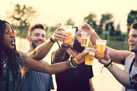 ビール片手に一緒に音楽祭を楽しんでいる友人のグループ 写真素材 - 82805980
