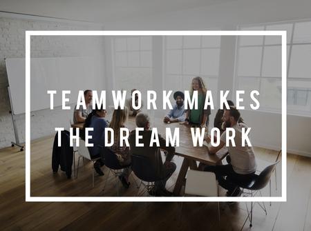 El trabajo en equipo hace la cita de la motivación del trabajo del sueño Foto de archivo - 82757824