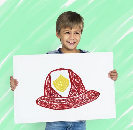 Kind met een tekening van brandweerhelm Stockfoto