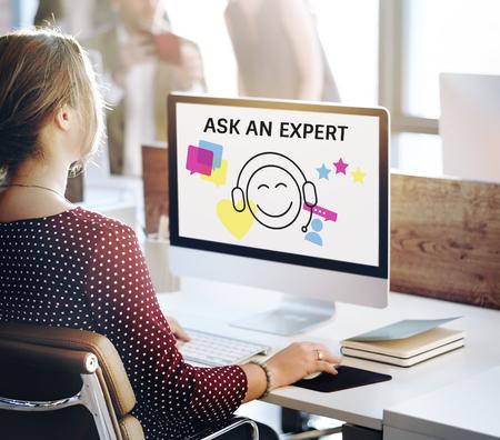 図のコンピューター上のオンライン顧客サービスお問い合わせ 写真素材