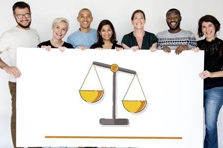 정의의 일러스트레이션을 가진 사람들은 권리와 법률을 배웁니다. 스톡 콘텐츠