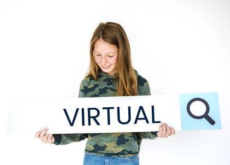 Mädchen, das suchende Fahne der Unterhaltung der digitalen Medien hält Standard-Bild - 82818375