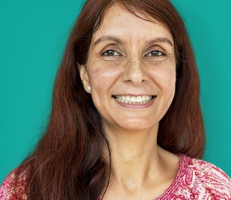 Volwassen vrouw glimlachend studio portret