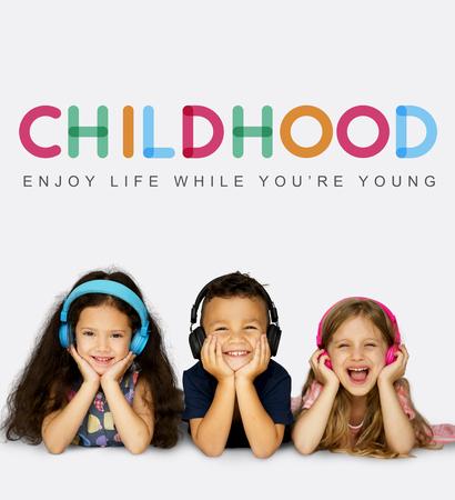 Grupo de estudiantes disfrutan de la vida en la infancia Foto de archivo - 82761165