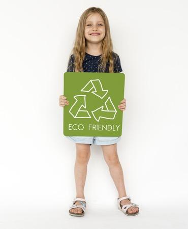 niños reciclando: Pequeña muchacha con la muestra del reciclaje Eco amistoso Ahorre el gráfico de la palabra de la tierra
