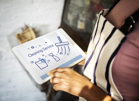 디지털 태블릿에서 집 청소 서비스의 그림 스톡 콘텐츠