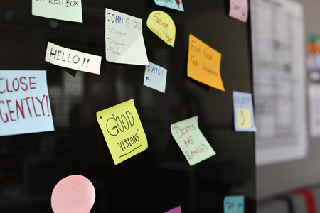 Sticky note herinnering op bulletin board Stockfoto