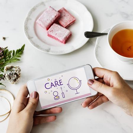 휴대 전화에 아름다움 화장품 쇄신 스킨 케어의 그림 스톡 콘텐츠