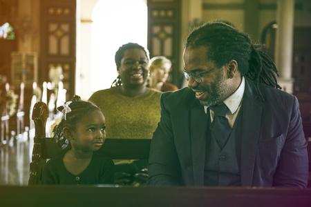 Vater Tochter sitzen Kirche Glauben Religion Standard-Bild