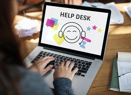 イラストのお問い合わせラップトップ上のオンライン顧客サービス
