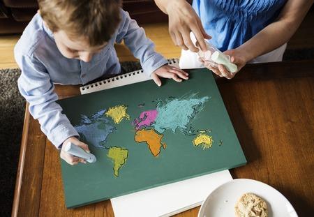 Apprendimento dell'educazione dei bambini con cartografia cartografica grafica Archivio Fotografico - 82915684
