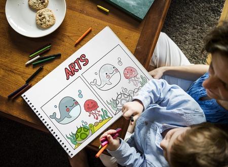 Jonge jongen aan het werk met grafisch overlay met tekening Stockfoto