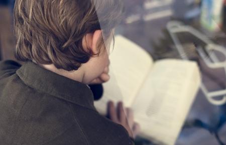 学生は知識のための本を読んでいます。