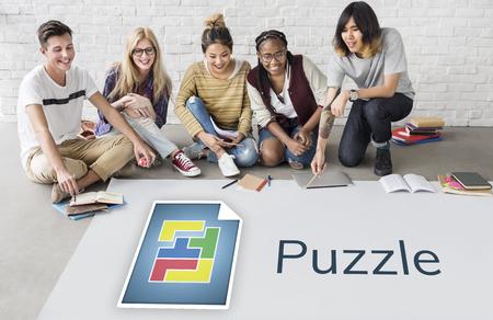 Studenten die aan het aanplakbord op grafische overlay op het netwerk werken Stockfoto