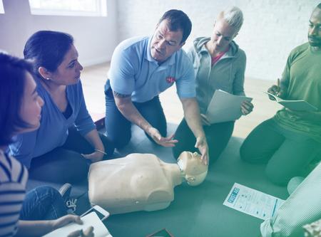 Gruppe von Menschen CPR Erste-Hilfe-Schulung Standard-Bild - 82863222