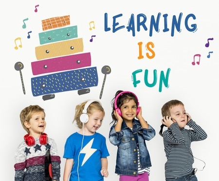 Les enfants au début des activités de loisirs pour les enfants l'éducation musicale Banque d'images - 82879856