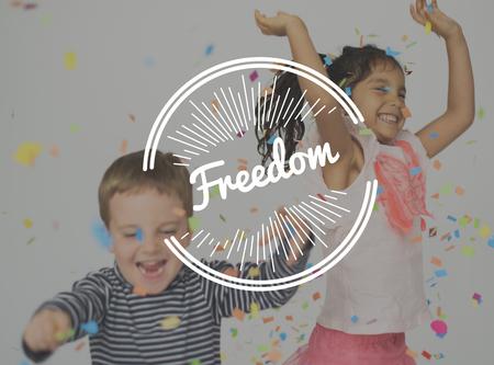아이들은 자유롭게 워드 스탬프 배너 그래픽을 즐길 수 있습니다.