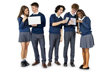 Gruppe verschiedene Studenten mit digitalen Geräten Studio Portrait Standard-Bild - 82866983