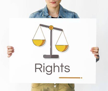 正義のスケールの権利や法律イラストのバナーを保持している女性