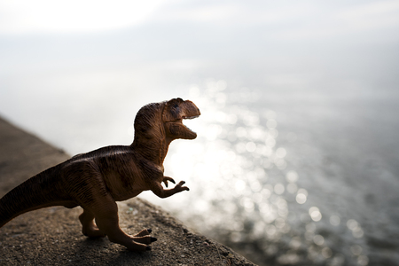 Tyrannosaurus rex jurassic figuurstuk speelgoed in de rivier Stockfoto
