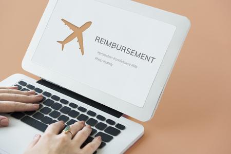 Illustration der Luftfahrt Lebensversicherung Reisereise auf Laptop Standard-Bild - 83001988