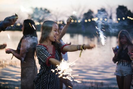 Mujer que disfruta de Sparkler en evento del festival
