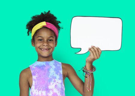 작은 아프리카 소녀와 연설 거품