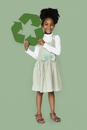 niños reciclando: African Descent Girl holding Recycle Sign