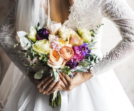 Cerimonia di fidanzamento di cerimonia nuziale di mazzo di fiori di holding della sposa Archivio Fotografico - 83008422