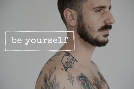 성인 문신 Shirtless 남자 배경에 인생 동기 부여 단어