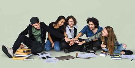 Groep studentenhand assembleren samen