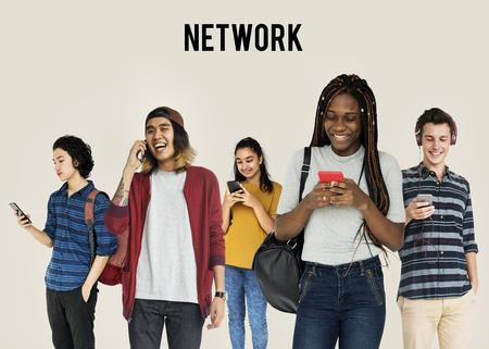 Diverse Jonge Volwassen Mensen Met Mobiele Apparatuur Studio Geïsoleerd