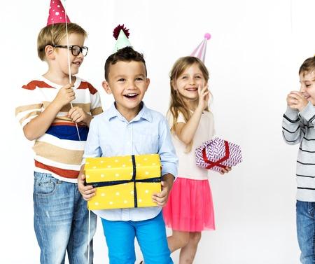 그룹 생일 파티를위한 선물을 가진 아이