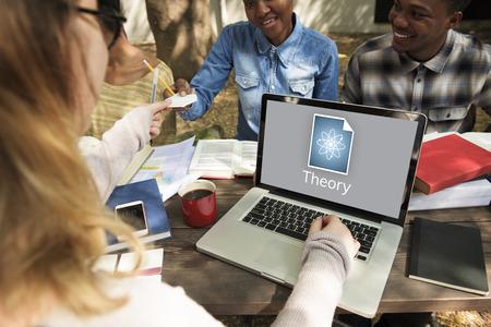 Frau arbeitet auf Laptop Netzwerk Grafik-Overlay Standard-Bild - 82959350
