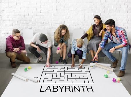 Grupo de pessoas de brainstorming sobre o conceito de enigma Foto de archivo - 82959672