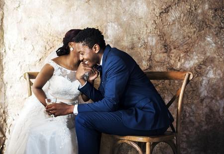 Newlywed afrikanischen Abstieg Paar Hochzeit Feier Standard-Bild - 82960112