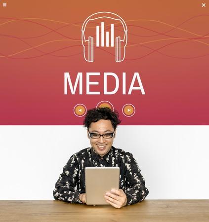 男は、デジタル デバイスとソーシャル テクノロジの概念を保持します。 写真素材
