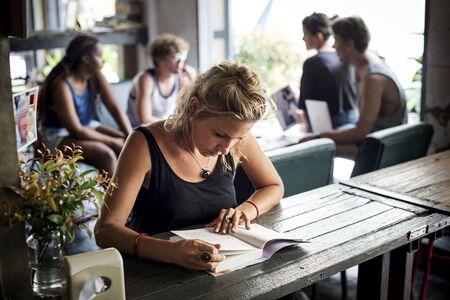 백인 여자 앉아 독서 책의 근접 촬영 스톡 콘텐츠