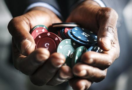 Hands holding poker chips Imagens