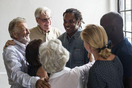 サポート チームワークを集めて多様な人々 のグループ
