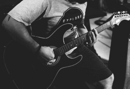 Man playing guitar on leisure event 版權商用圖片