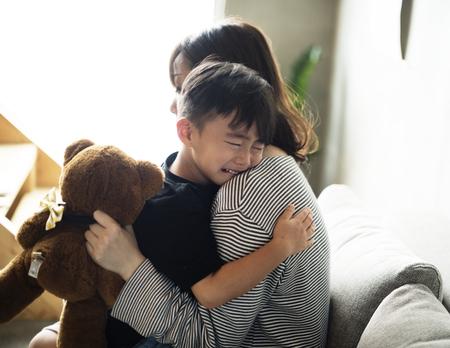 Mãe acalma seu filho da tristeza Foto de archivo - 85321485