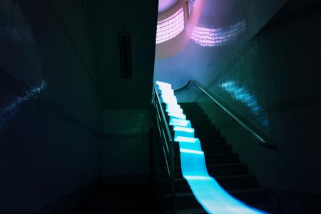 夜間の階段に青い光の長時間露光線運動 写真素材
