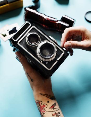 카메라를 들고 문신과 손 스톡 콘텐츠 - 85322031