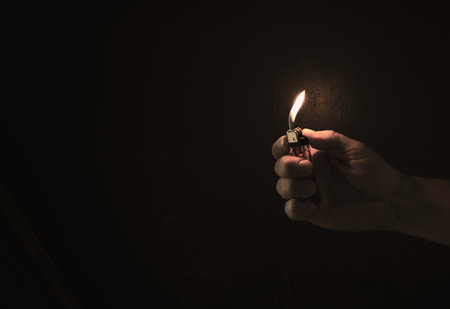 어둠 속에서 라이터를 들고 손