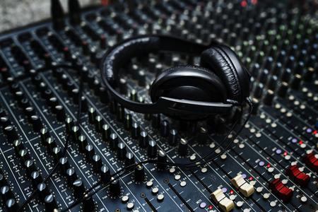 헤드폰이 믹서 euipment 엔터테인먼트 DJ 스테이션에 있습니다. 스톡 콘텐츠