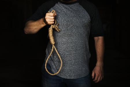 結んだ結び目ロープを持っている人