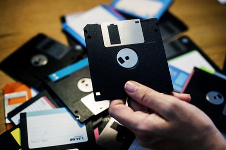 손에 들고 플로피 디스크 드라이브 데이터 저장소